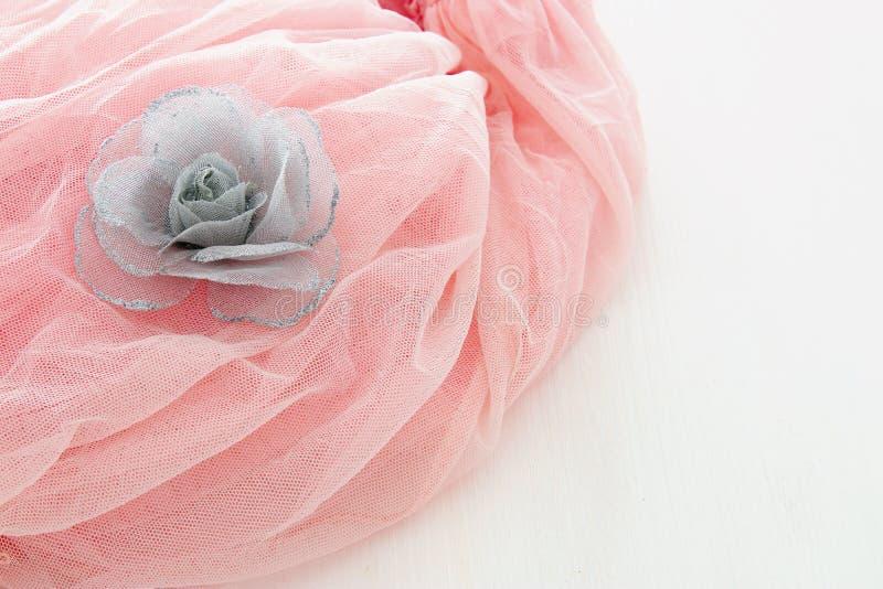 Rosa Chiffon- Kleid Weinlesetulles auf hölzerner weißer Tabelle Hochzeit und girl& x27; s-Parteikonzept stockbilder