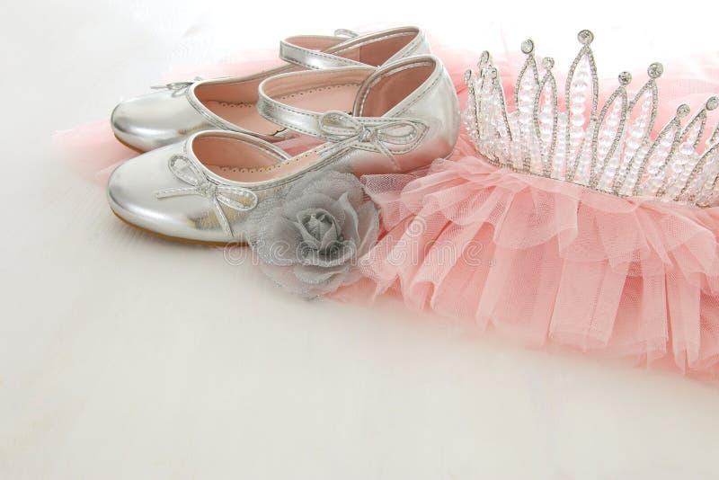 Rosa Chiffon- Kleid Weinlesetulles, Krone und Silberschuhe auf hölzernem weißem Boden lizenzfreie stockfotografie