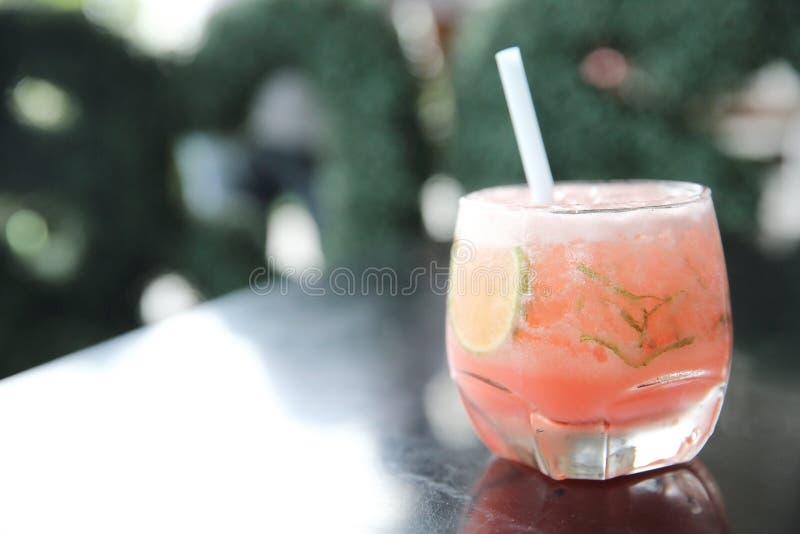 Rosa Cocktail mit Kalk und Minze stockfoto