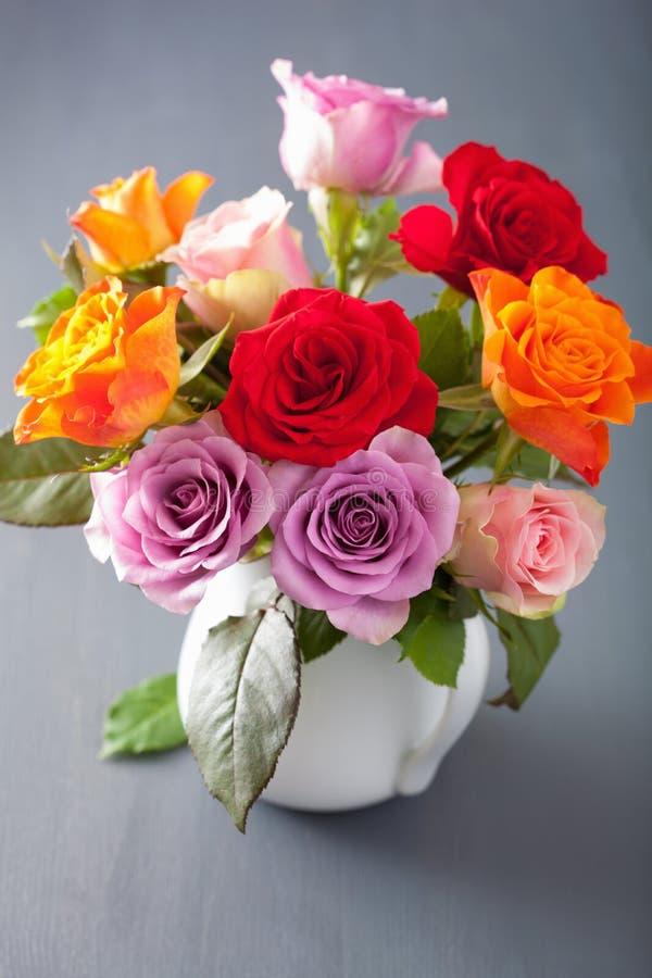 A rosa colorida bonita floresce o ramalhete no vaso fotos de stock royalty free