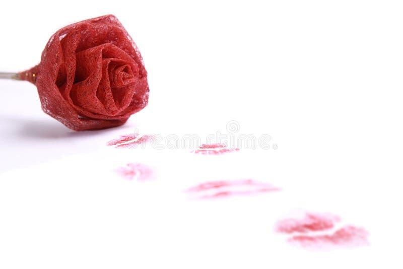 Rosa com diversos beijos vermelhos do batom imagem de stock