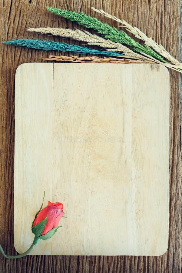 Rosa con il fiore su legno, fondo del biglietto di S. Valentino fotografie stock libere da diritti