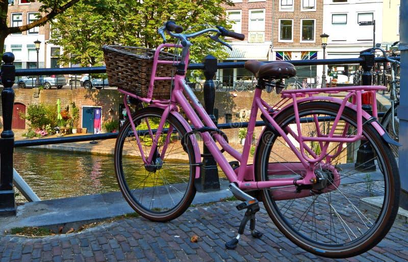 Rosa cykel på bron arkivbild