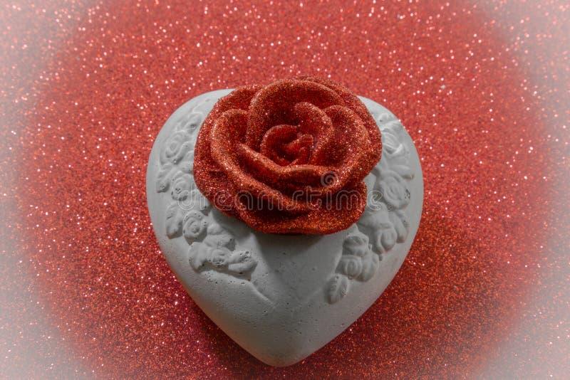 A rosa da cera no coração de pedra imagem de stock royalty free