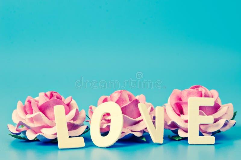 Rosa da palavra e do rosa do AMOR imagens de stock