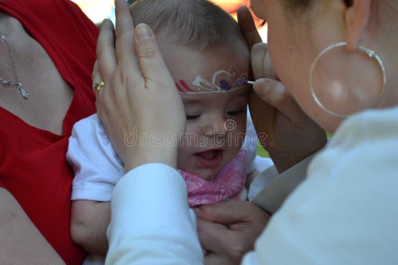 Rosa de la princesa del bebé del pintor de la cara imagen de archivo