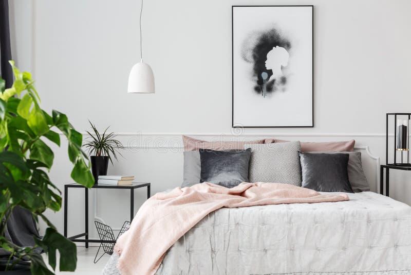 Rosa Decke im weiblichen Schlafzimmer stockfotografie