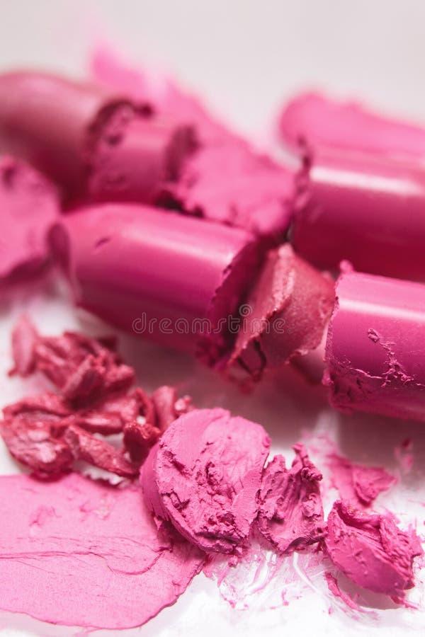 Rosa dei rossetti rotto su fondo bianco fotografie stock libere da diritti