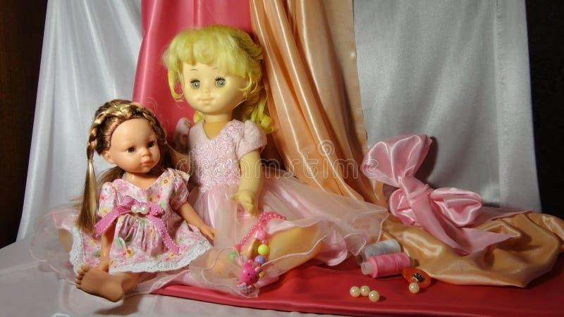 Rosa del gioco di cosiness della casa della ragazza del vestito dalla bambola dei giocattoli delle bambole immagine stock libera da diritti