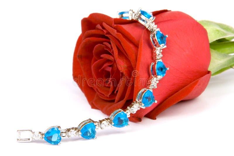 Rosa del rojo y joya azul fotos de archivo libres de regalías