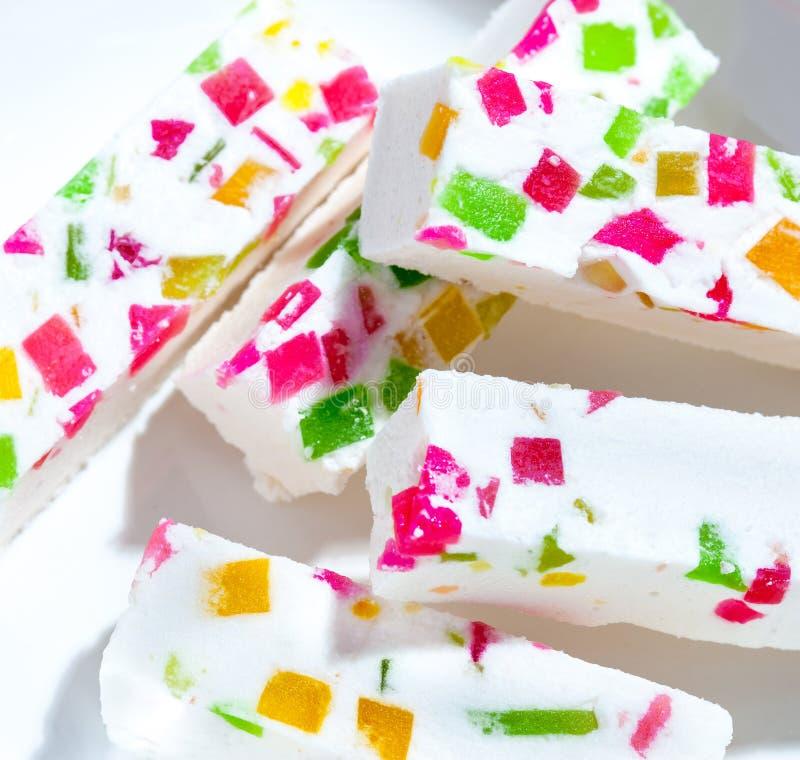 Rosa di Candy sparpagliato con vari frutti fotografia stock
