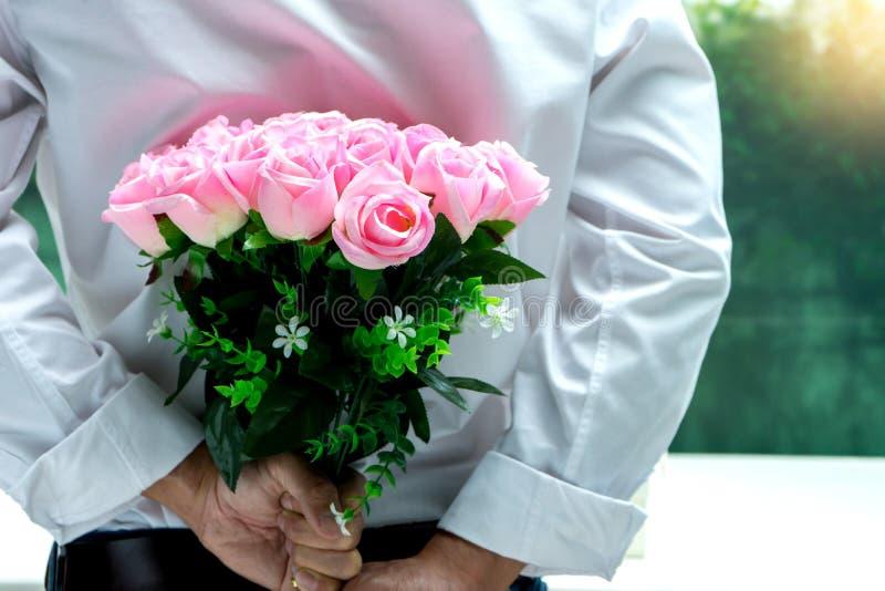 rosa di rosa del pellame del ragazzo il suo lato posteriore per il regalo di sorpresa fotografie stock