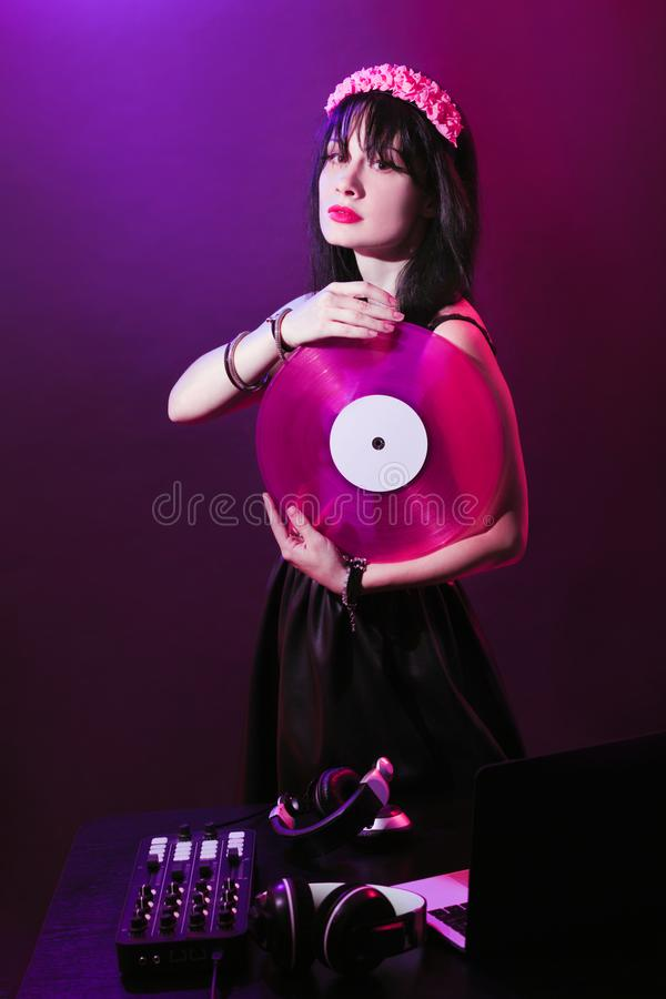 Rosa di plastica di retro del miscelatore del partito della ragazza della discoteca dell'attrezzatura della cuffia del DJ della g fotografia stock libera da diritti