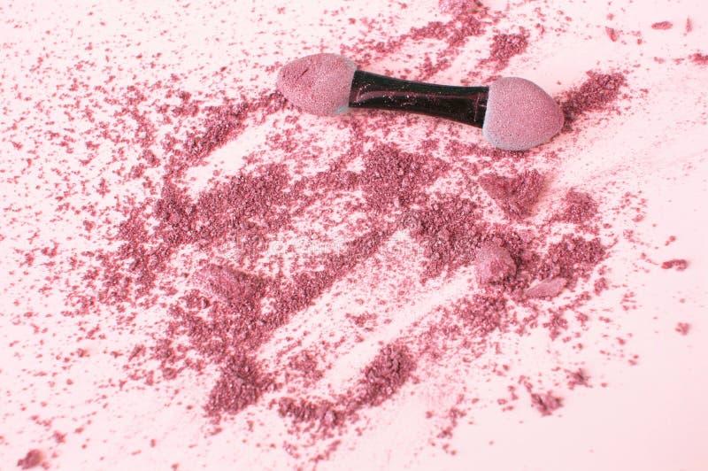 Rosa dispersado y sombreador de ojos coralino con el aplicador, en el fondo, la belleza y el concepto blancos del maquillaje fotos de archivo libres de regalías