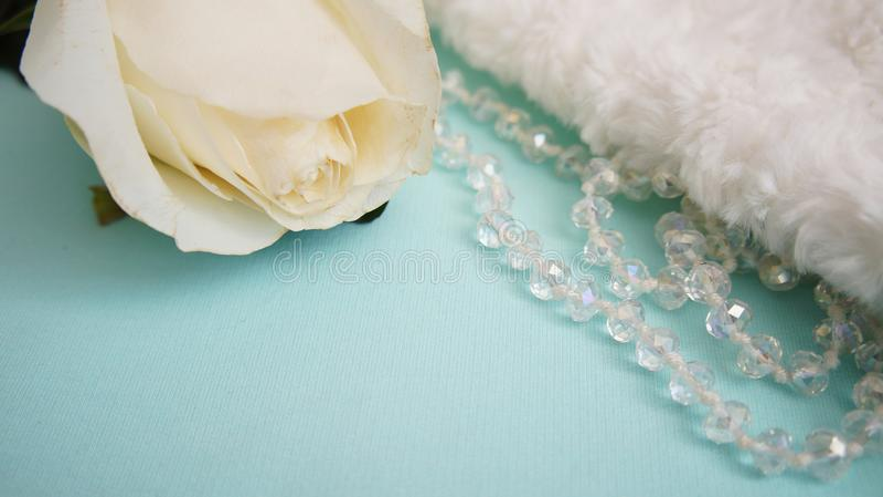 Rosa do cartão, do branco, joia e veludo foto de stock