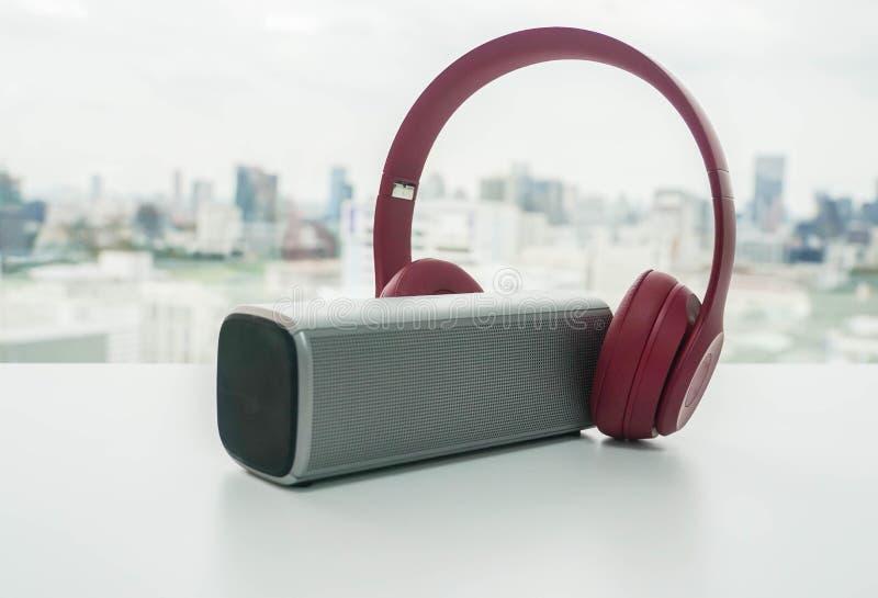 Rosa drahtloser Kopfhörer angeschlossen mit bluetooth Sprecher lizenzfreies stockfoto