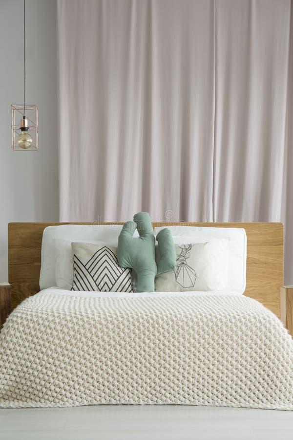 Rosa drapieren hinter Bett stockfotos