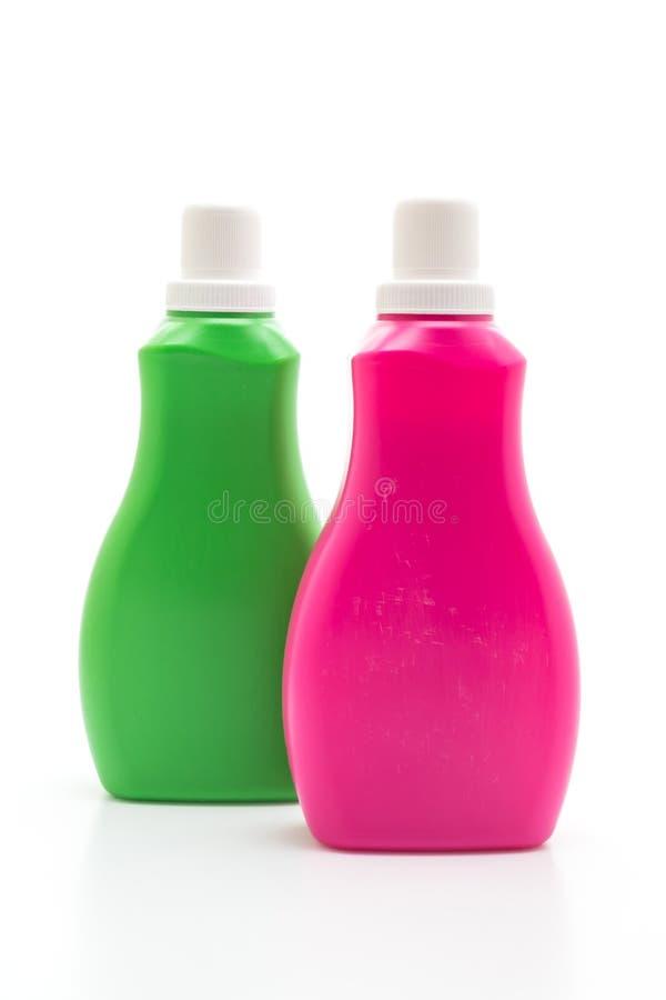 rosa e bottiglia di plastica verde per pulizia liquida del pavimento o del detersivo sul fondo bianco immagini stock libere da diritti