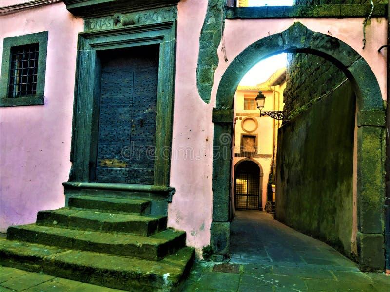 Rosa e costruzioni medievali nella città di Vitorchiano, provincia di Viterbo, Italia immagini stock libere da diritti