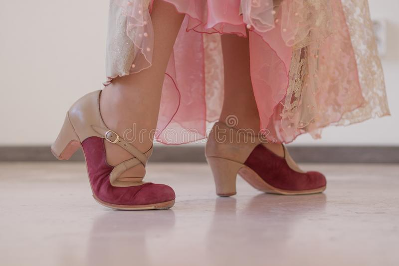 Rosa e sapatas bege para a dança do flamenco nos pés das mulheres imagem de stock