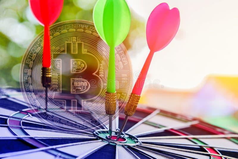 Rosa e seta verde dos dardos no alvo do centro do alvo em bitcoins dourados ilustração royalty free