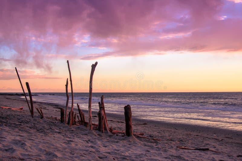 Rosa e tramonto porpora di toni sopra l'oceano Pacifico in California immagini stock