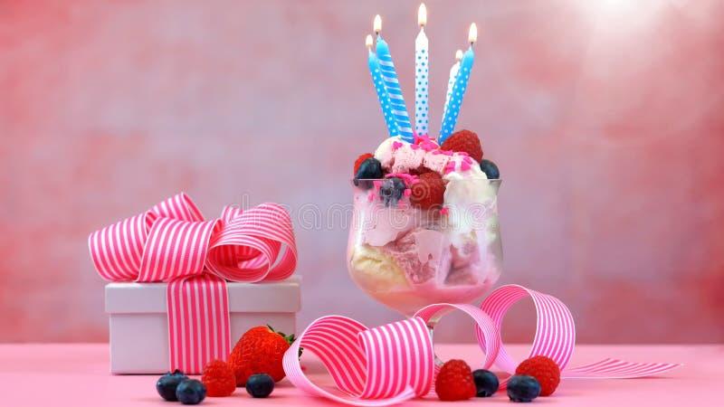 Rosa Eiscreme-Eiscremebecher mit Geburtstagskerzen lizenzfreie stockfotos
