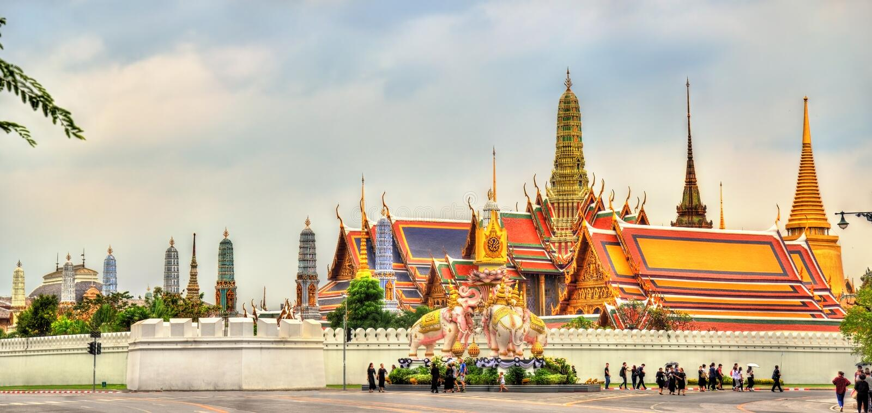 Rosa Elefant-Statue nahe großartigem Palast in Bangkok, Thailand lizenzfreie stockfotografie