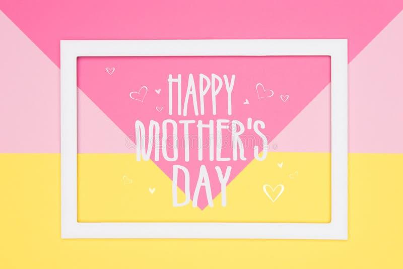 Rosa en colores pastel geométrico abstracto feliz del día de madres y fondo puesto plano de papel amarillo Tarjeta de felicitaci? imágenes de archivo libres de regalías