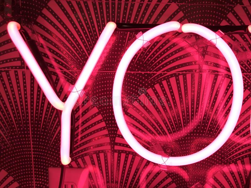 Rosa färger för neonYo tecken fotografering för bildbyråer