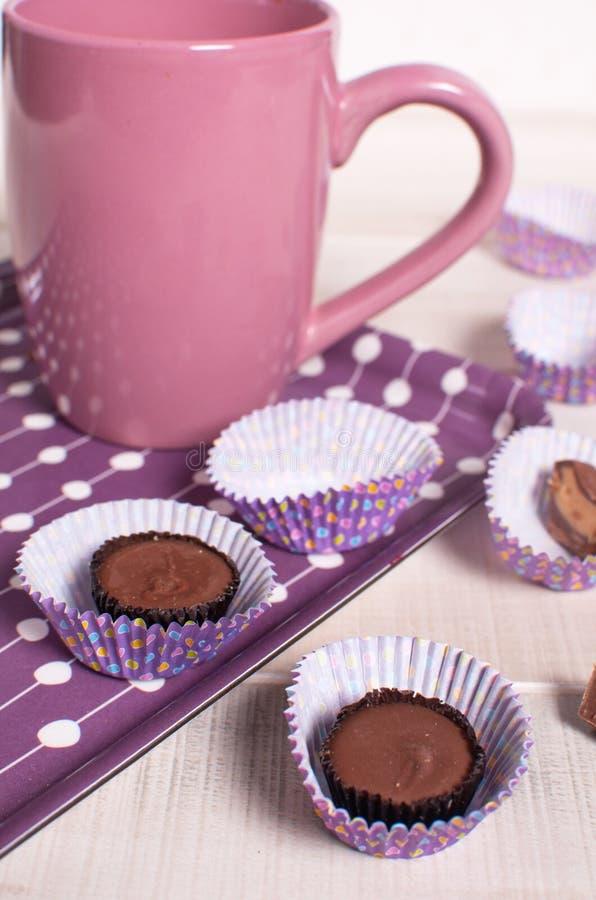 Rosa färg kuper och chokladmuffiner royaltyfri foto