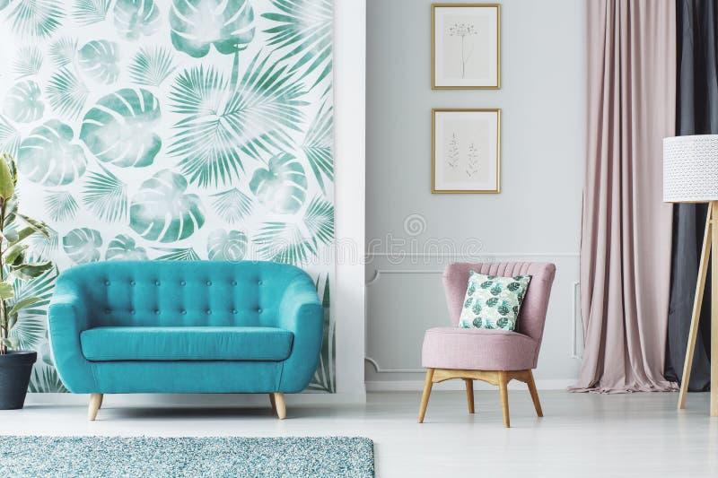 Rosa färg- och blåttvardagsrum royaltyfri foto