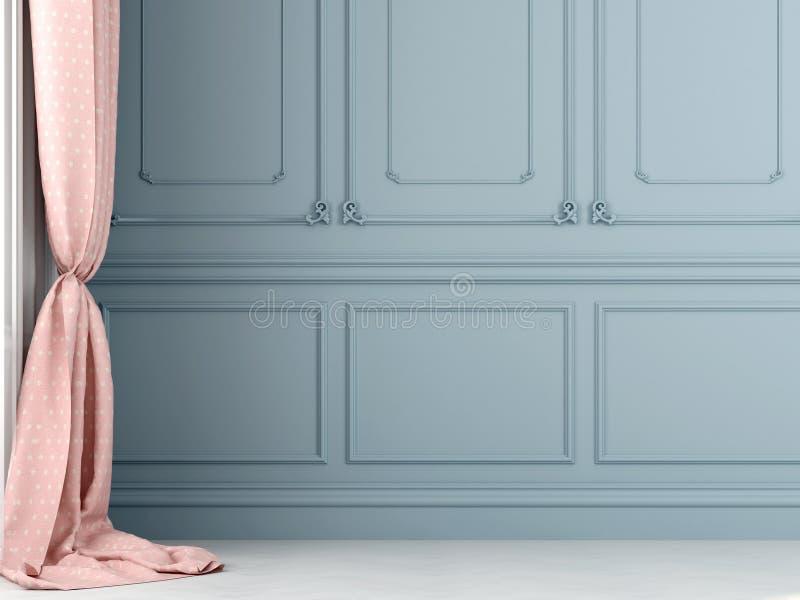 Rosa färgen hänger upp gardiner mot bakgrunden av den blåa väggen arkivfoto
