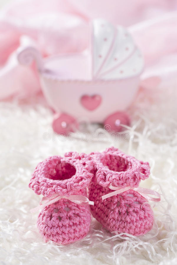 Rosa färger behandla som ett barn virkningskor arkivfoto