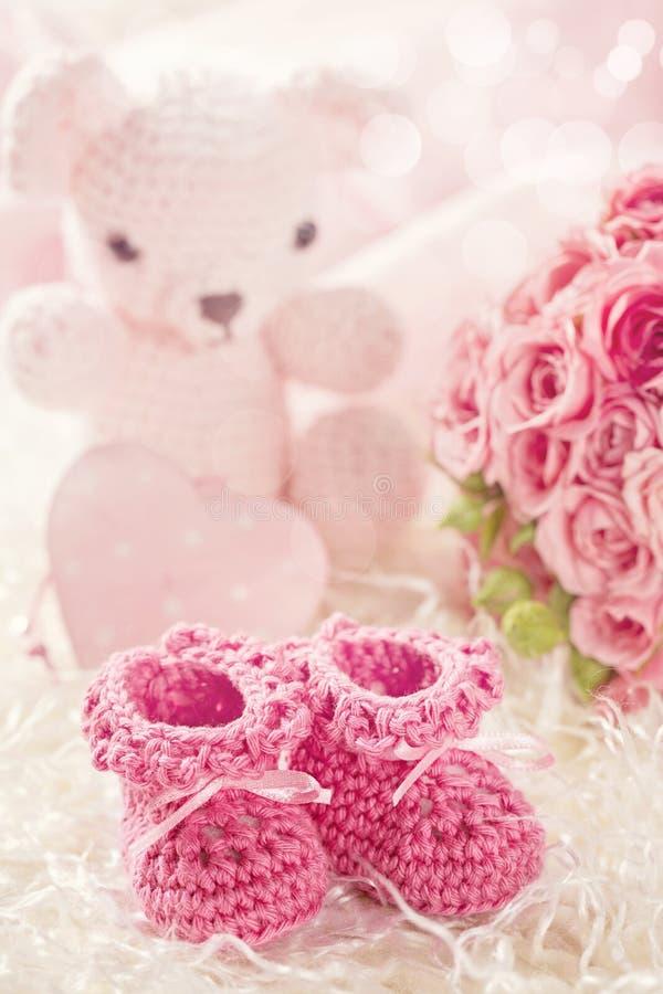 Rosa färger behandla som ett barn virkningskor royaltyfri fotografi