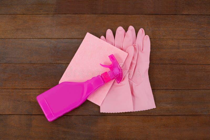 Rosa färger färgar den sprejflaskan, svampen och handsken royaltyfria foton