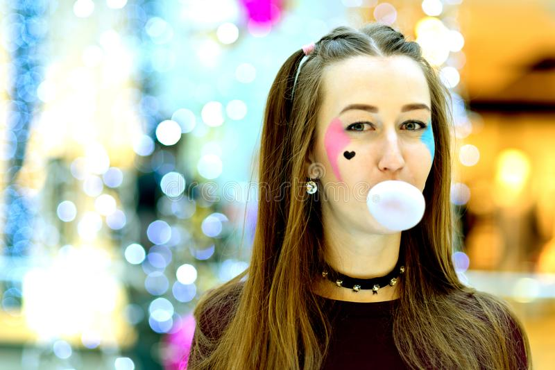 Rosa färger: Flicka som blåser den stora bubblan med Copyspace royaltyfria foton