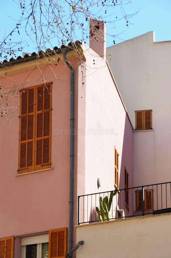 Rosa färger inhyser i Palma de Mallorca royaltyfri fotografi