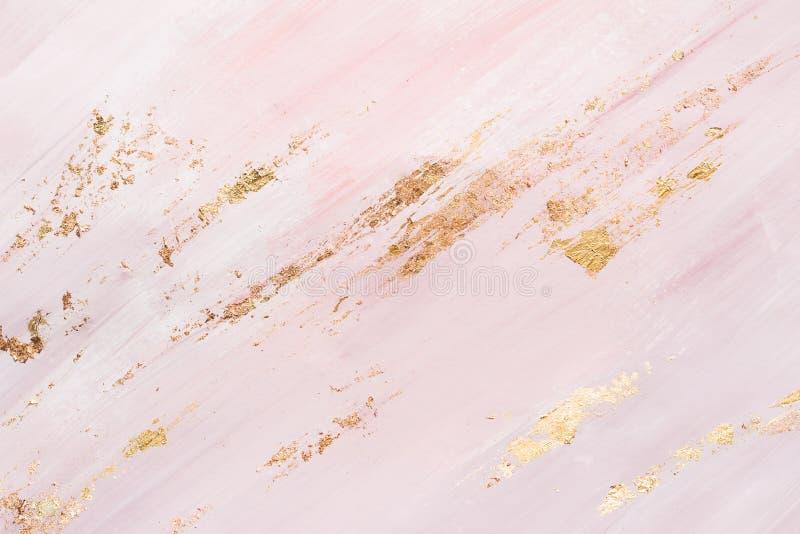 Rosa färger marmorerar modellbakgrund med guld- penseldrag st?lle f?r din design arkivfoto
