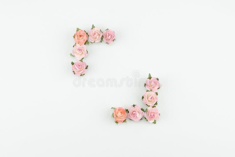Rosa färger och orange fyrkantig krans för pappers- blommor arkivbild