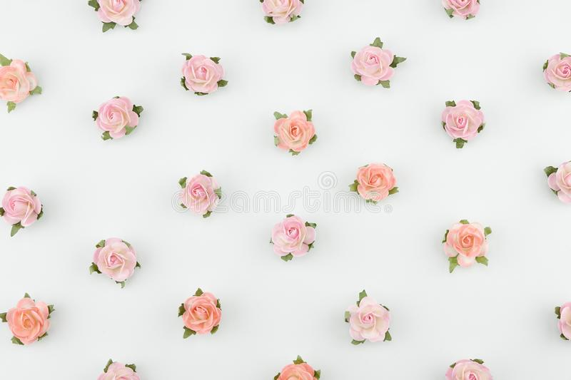 Rosa färger och orange horisontalmodell för pappers- blommor royaltyfria bilder