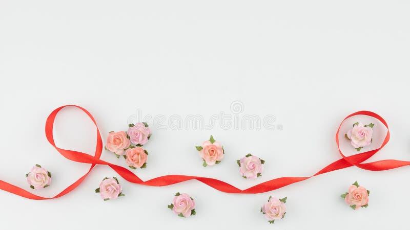Rosa färger och orange pappers- röd band för blommor och royaltyfri bild