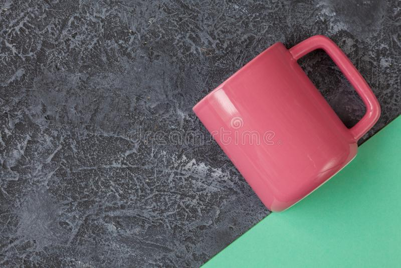 Rosa f?rger r?nar p? m?rker stenar bakgrunds- och tegelplattapapper med kopieringsutrymme arkivfoton