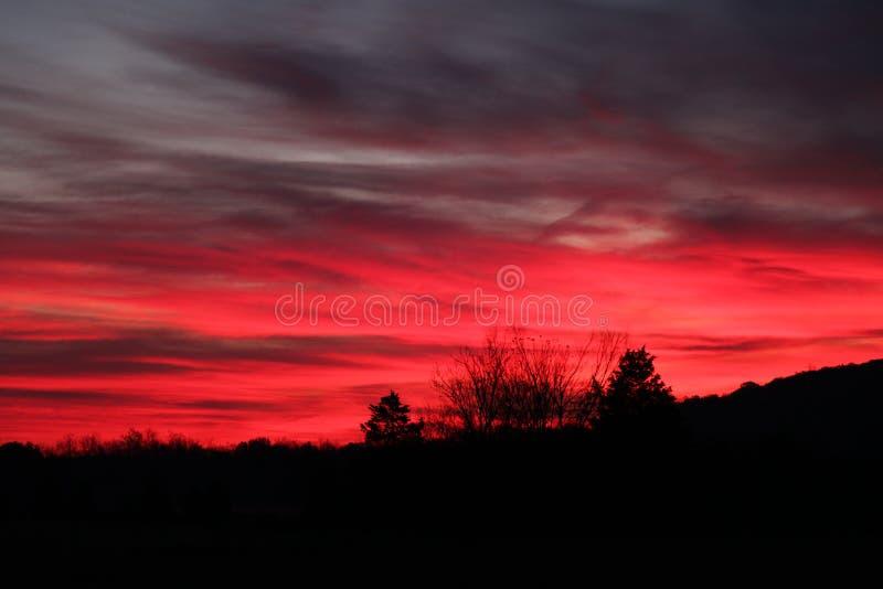 Rosa färger solnedgång över bergen arkivbild