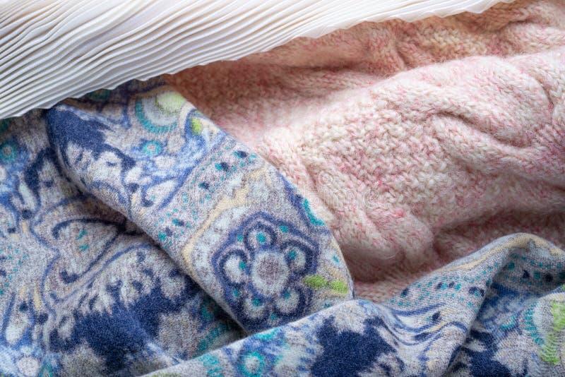 Rosa färger stucken woolen sweater, blå halsduk och vit plisserad foulard arkivfoto
