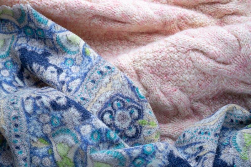 Rosa färger stucken woolen sweater och blå halsduk royaltyfri bild