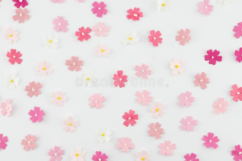 Rosa färger tonar den slumpmässiga modellen för pappers- blommor royaltyfri foto