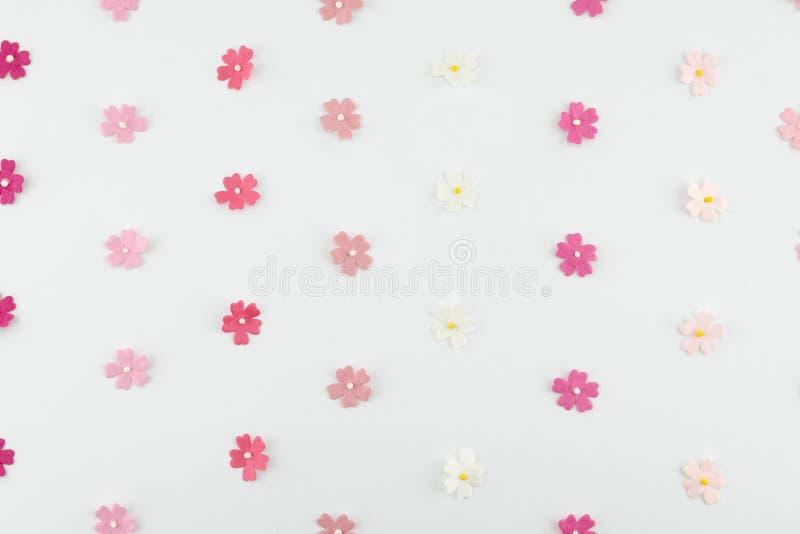 Rosa färger tonar horisontalmodellen för pappers- blommor royaltyfri fotografi