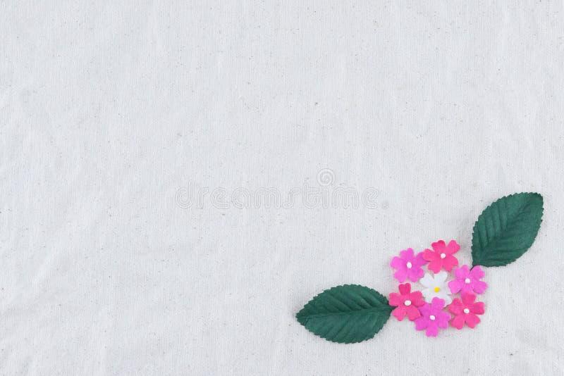 Rosa färger tonar pappers- blommor och gör grön sidabuketten royaltyfria foton