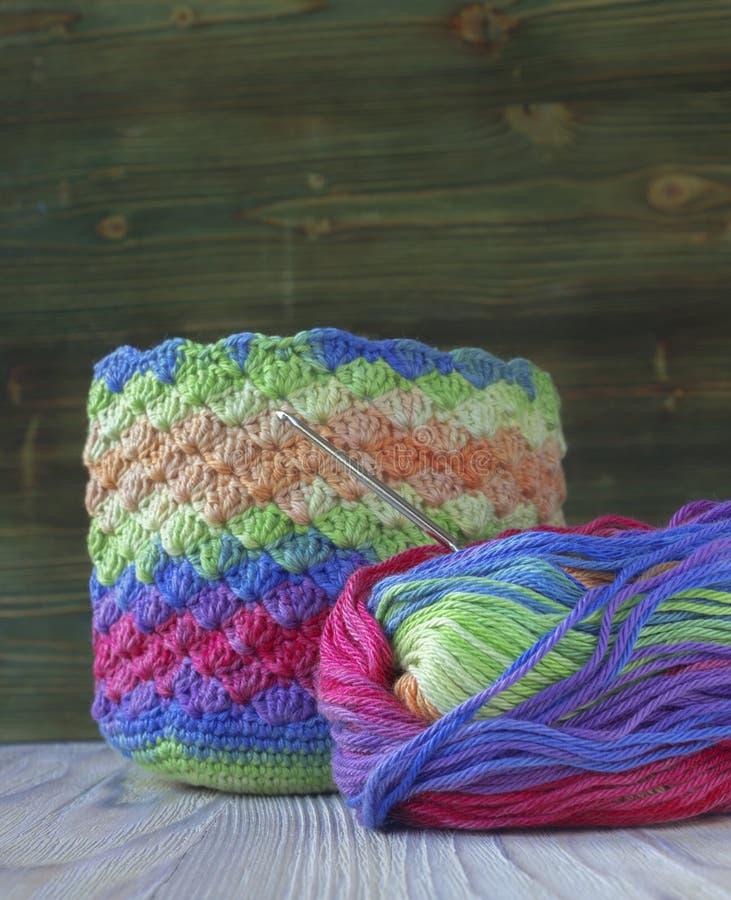 Rosa färger, violeten, magentafärgat, vit och gräsplanpåsen och garn klumpa ihop sig Bomullsgarn för att sticka, virkning Början  royaltyfri fotografi